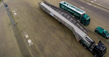 Foto: Lastbilstransport av överdimensionerade stålbron. Väntar på färjan i Swinoujscie.